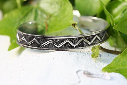 Seven interlinked silver bangles